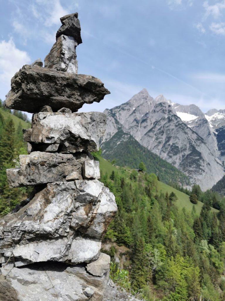 Großes Steinmännchen am Wegrand