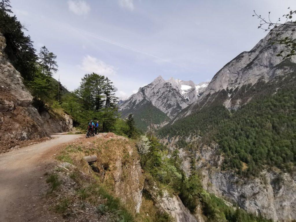 Im Vomper Loch mountainbiken - rechts geht´s steil hinunter